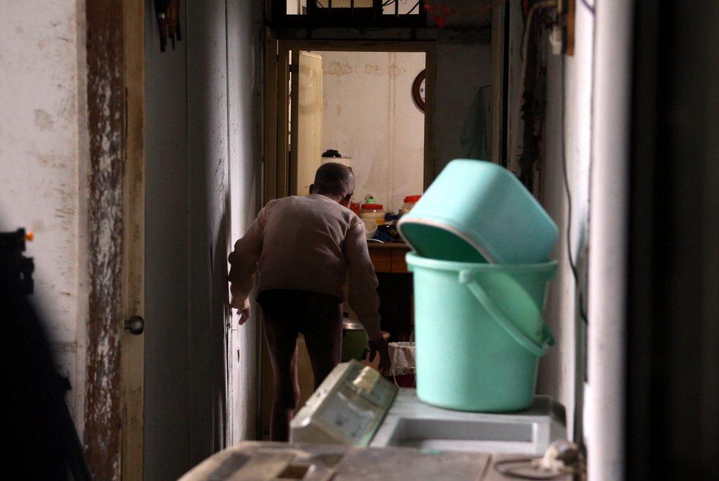 家庭訪視通常由社工師一個人進行,有一定的風險存在。相對來說,獨居老人的個案是單純...