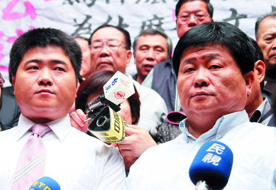 顏家有早婚傳統,顏寬恒(左)與顏清標出門跑選舉,常會被選民搞混。 報系資料照