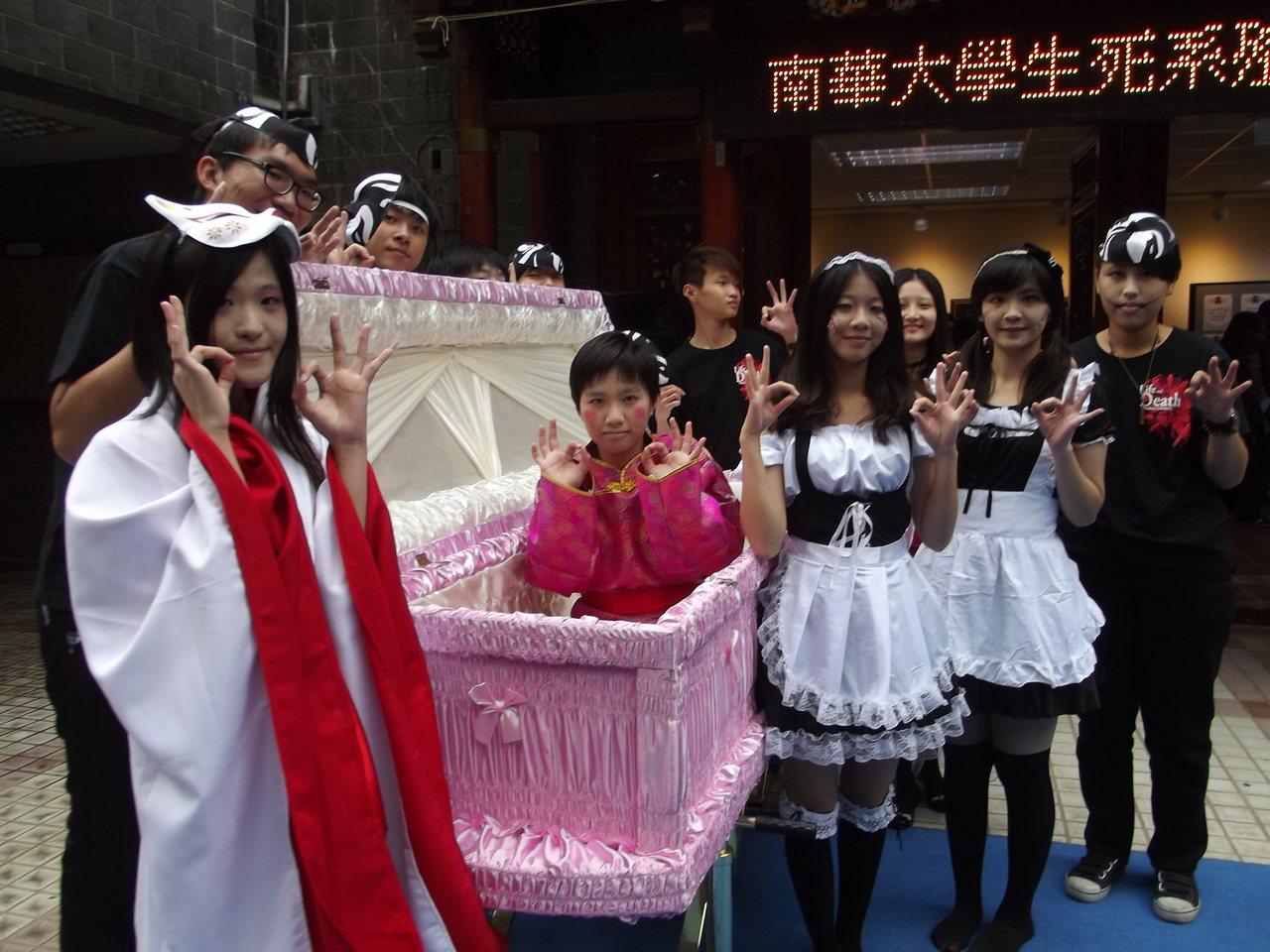 殯葬業者贈送南華大學生死學系教學棺木,學生們演出活潑的生死主題劇,棺木成為主角。...