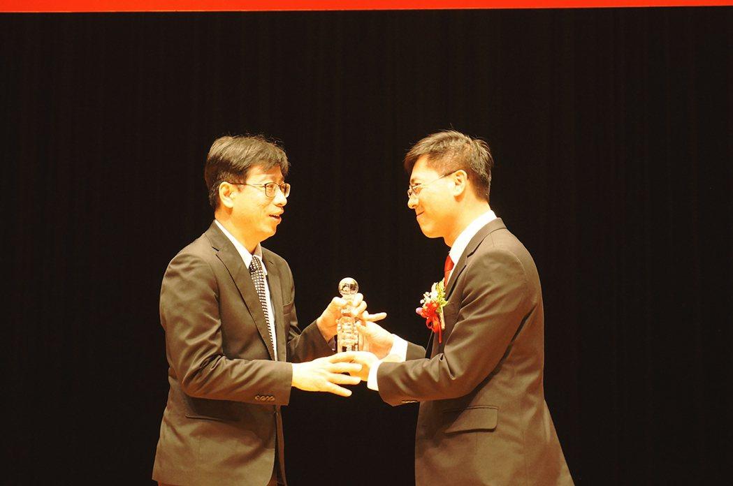 康健人壽產品發展與行銷傳播部副總經理唐家舜出席領獎。 康健人壽/提供
