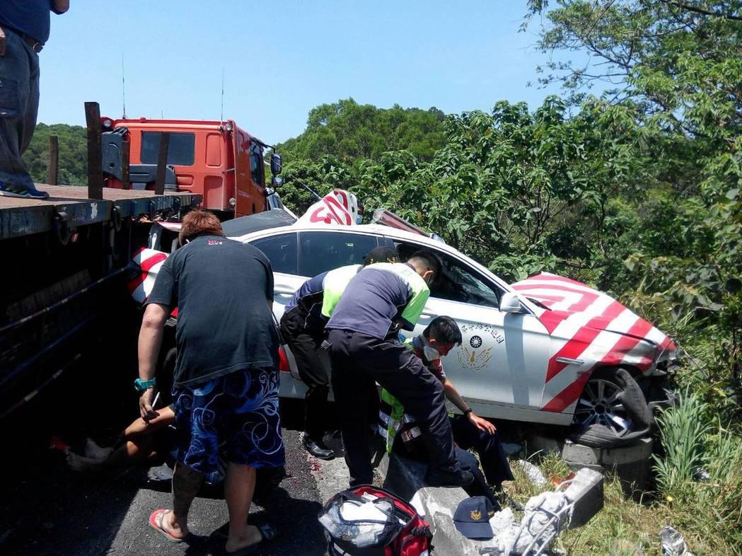 國道三號7日上午發生一部箱型車爆胎事故,國道六隊員警陳啟瑞前往現場處理時,遭到後...