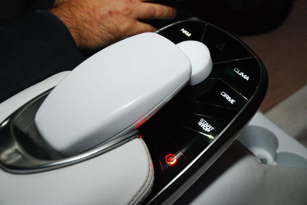中央扶手的一些控制按鈕。記者林昱丞/攝影