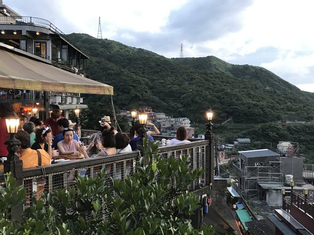 傍晚找間可以看山海美景的茶樓坐下來,看九份夕陽變化,感受「心靜自然涼」。 記者吳...
