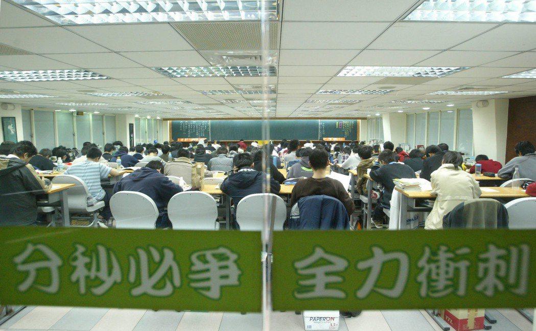 大學普設,全台高四班現今只剩10幾家、學生幾千人,台北更只剩3家。 圖/報系資料...