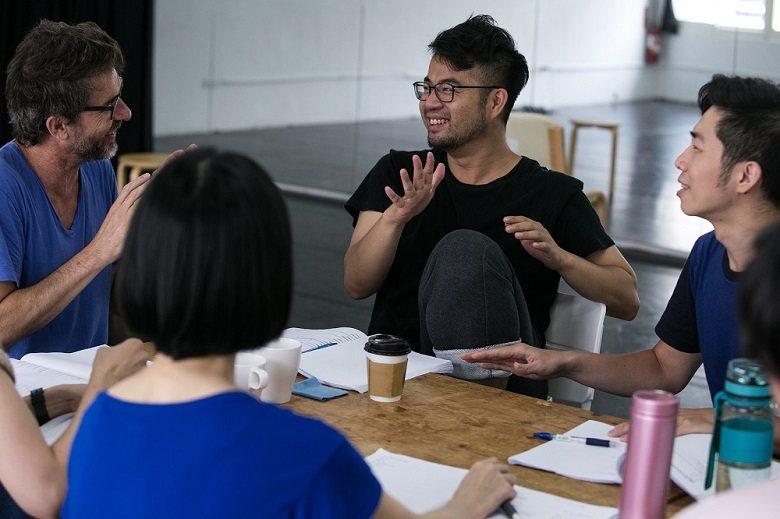 朗貝爾與《一家之魂》演員一起討論劇本。 (林韶安/攝)
