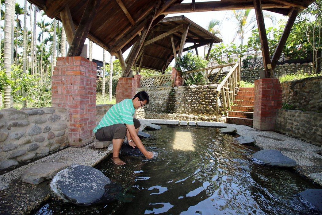 「阿嬤的洗衣場」內有清澈的山泉水,大小朋友都愛來此戲水消暑。
