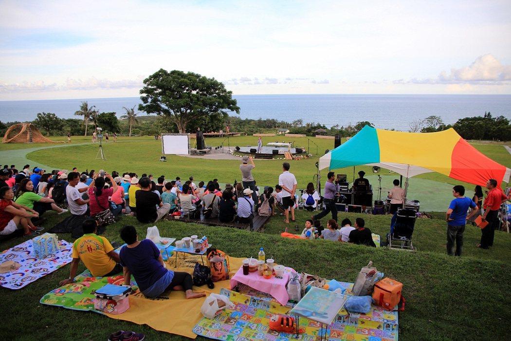 傍晚開始,旅人們陸續聚集在都歷遊客中心草地上,等待音樂會開始