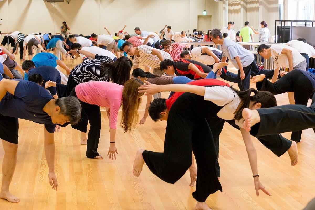 透過群舞方式,可培養團體律動的協調與默契