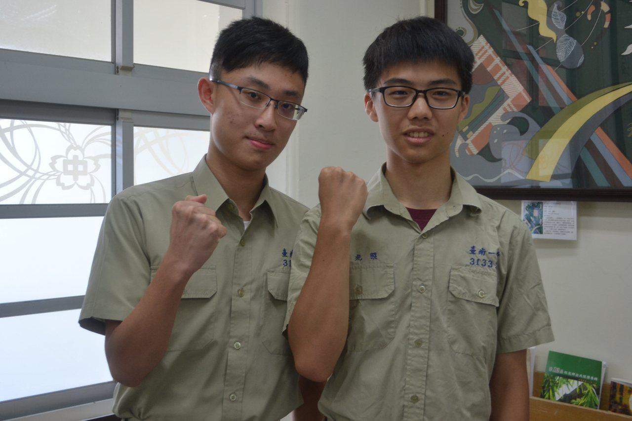 台南一中周光照(右)與彭品諺(左)分上台大電機、台大醫學系。記者鄭惠仁/攝影