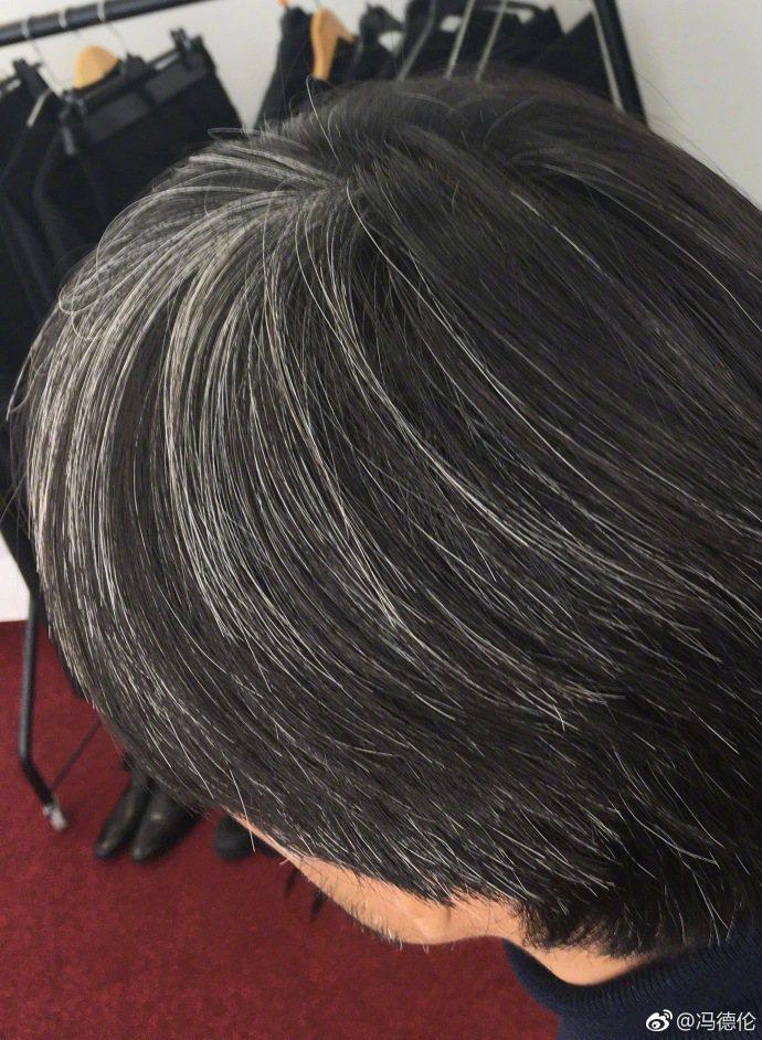 馮德倫在微博發文,配上自己滿頭白髮的照片。圖/擷自微博