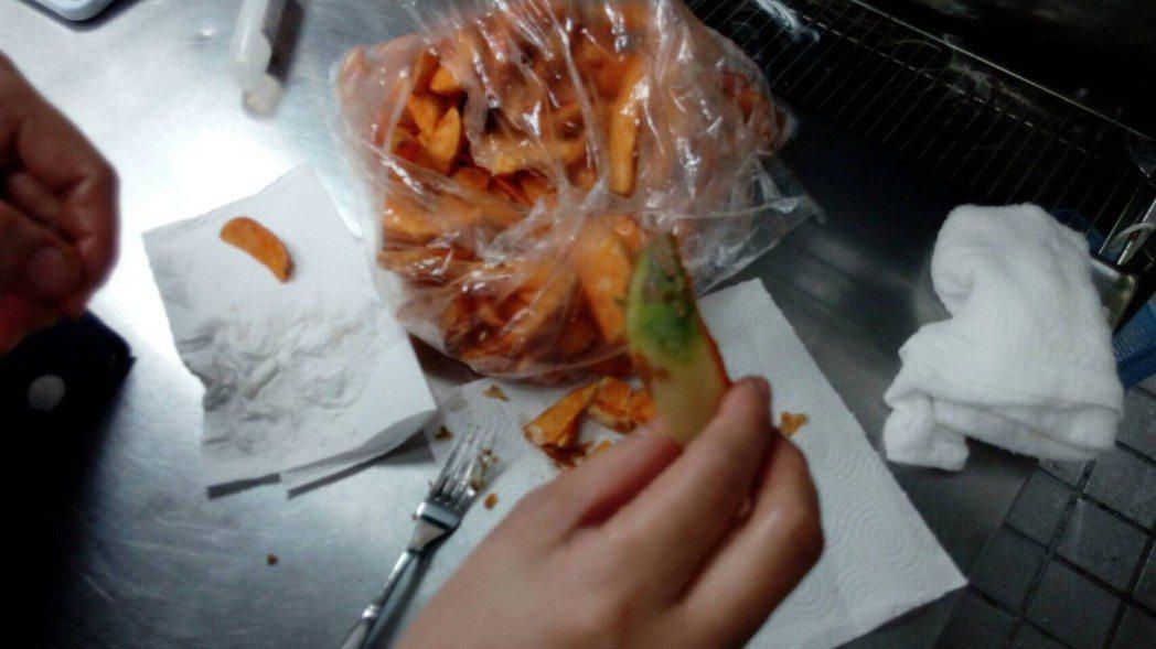 台南市衛生局前往摩斯漢堡台南分店稽查發現綠薯條 圖/衛生局提供
