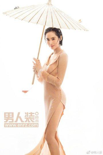 45歲香港女星朱茵以性感造型登上大陸男性雜誌封面,她在訪問中說,「性感不是你穿什麼衣服,而且要看你怎麼拍」,「我知道我的性感,不是走露多少的路線,而是一個狀態,一個味道」。她也說,平日上街如果穿得比...