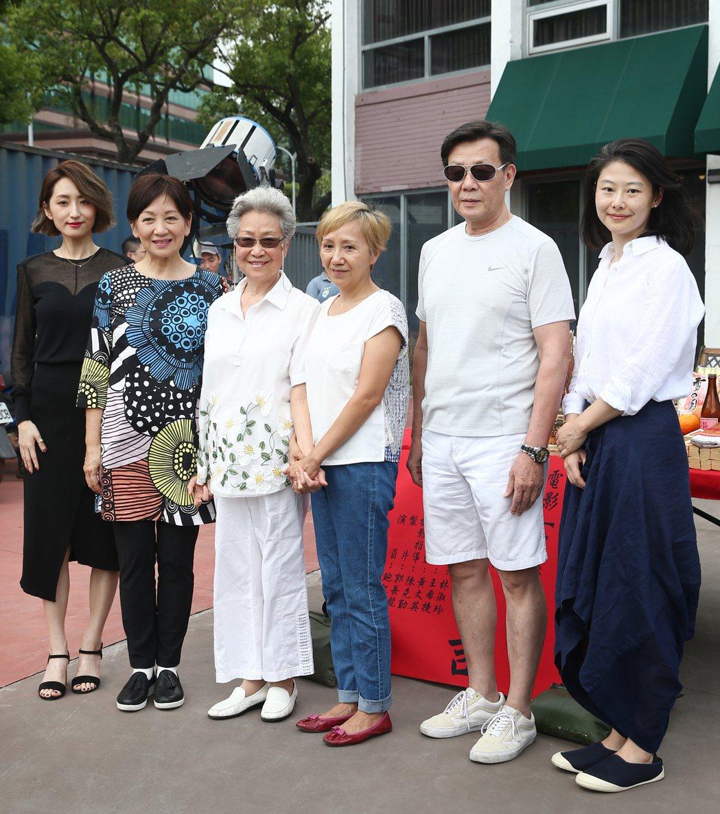 柯佳嬿(左起)、鮑起靜、于家安、陸弈靜、寇世勳與導演王希捷一起出席電影「買屋記」