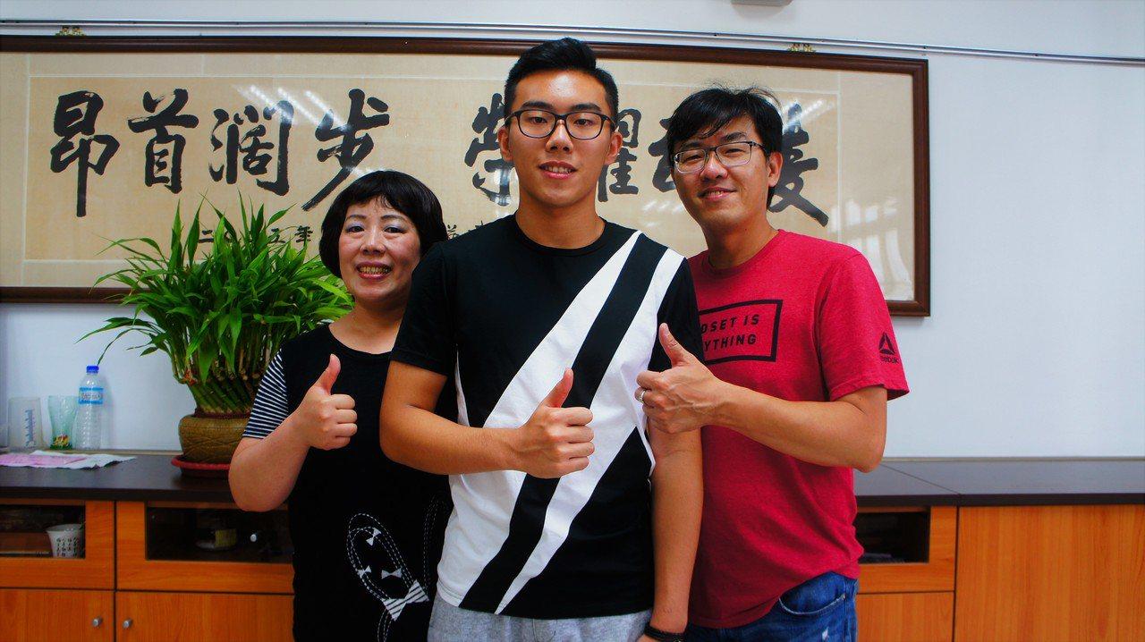 武陵高中學生湯博傑(中)與父母親感情甚篤,考取台大醫科是今年爸爸最棒的父親節禮物...