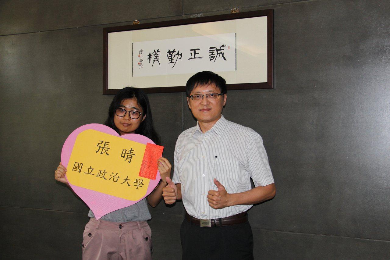 就讀清水高中的張晴(左)在指考放榜後,成功考上政治大學韓語系,校長賴昭呈(右)頒...