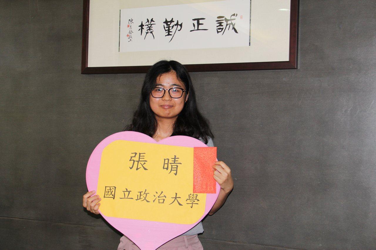 就讀清水高中的張晴在指考放榜後,成功考上政治大學韓語系。記者洪上元/攝影
