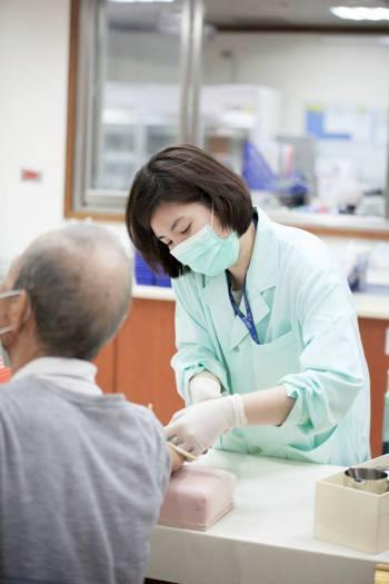 因應時代需求,現在的醫檢師不再侷限於去的臨床檢驗,而是涉獵多元,相對出路亦寬廣。...