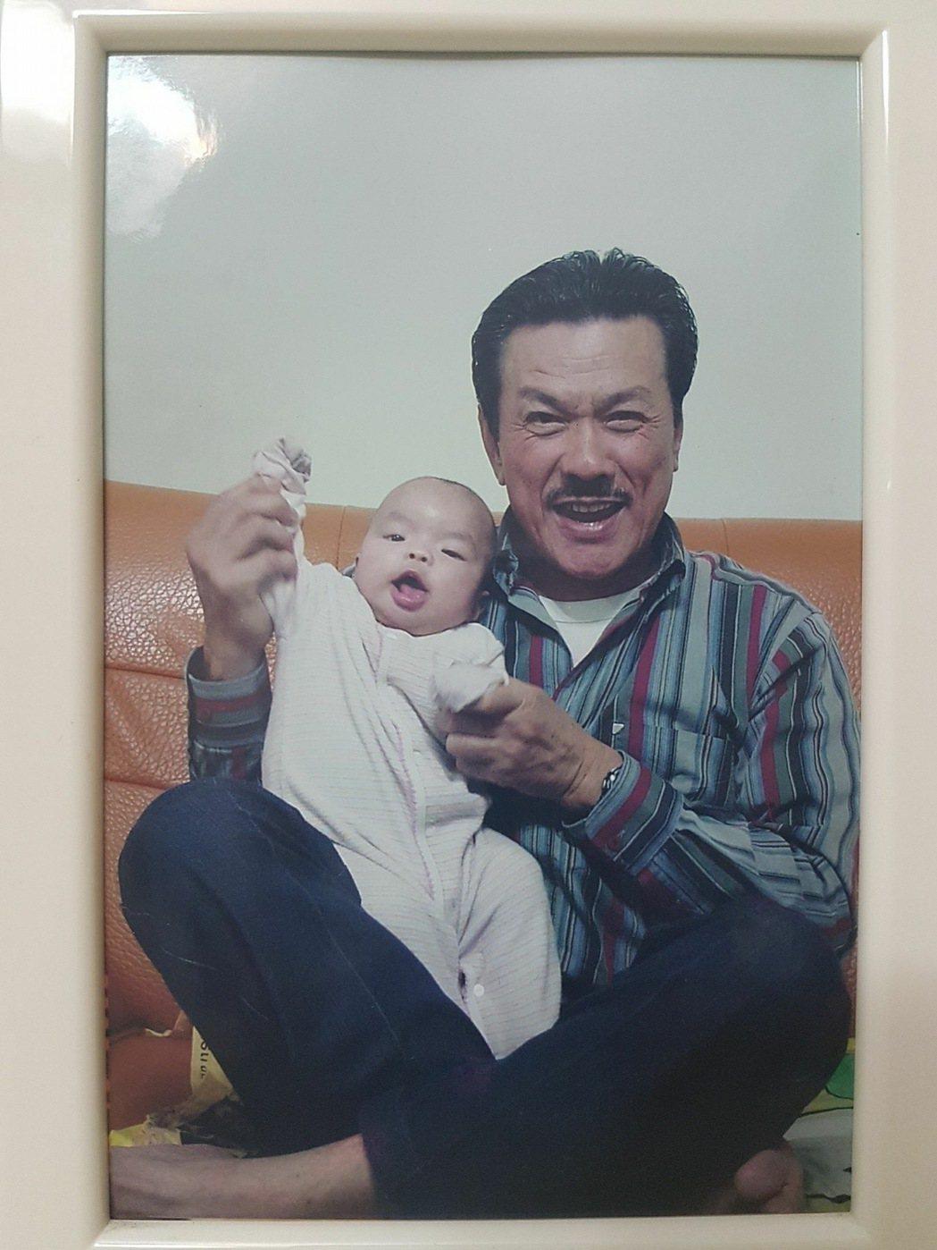 謝金晶公開小時候被爸爸抱在腿上的照片。圖/摘自謝金晶臉書