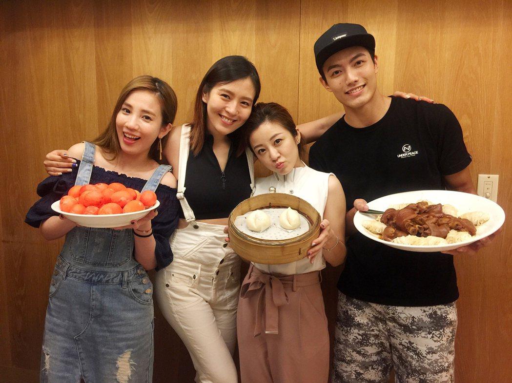 劉品言過生日,公司藝人、好友張艾亞(左起)、楊佩潔、賴東賢準備紅蛋、壽桃、豬腳麵