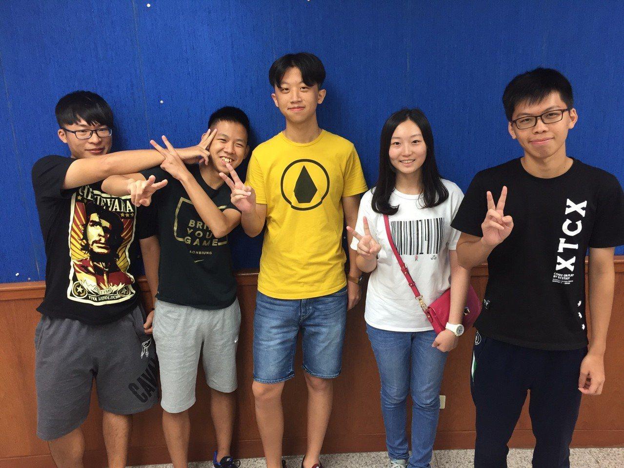 竹北高中學生陳思維(左二)三年校排名「吊車尾」,如今卻是學校榜首,考上政大法律系...