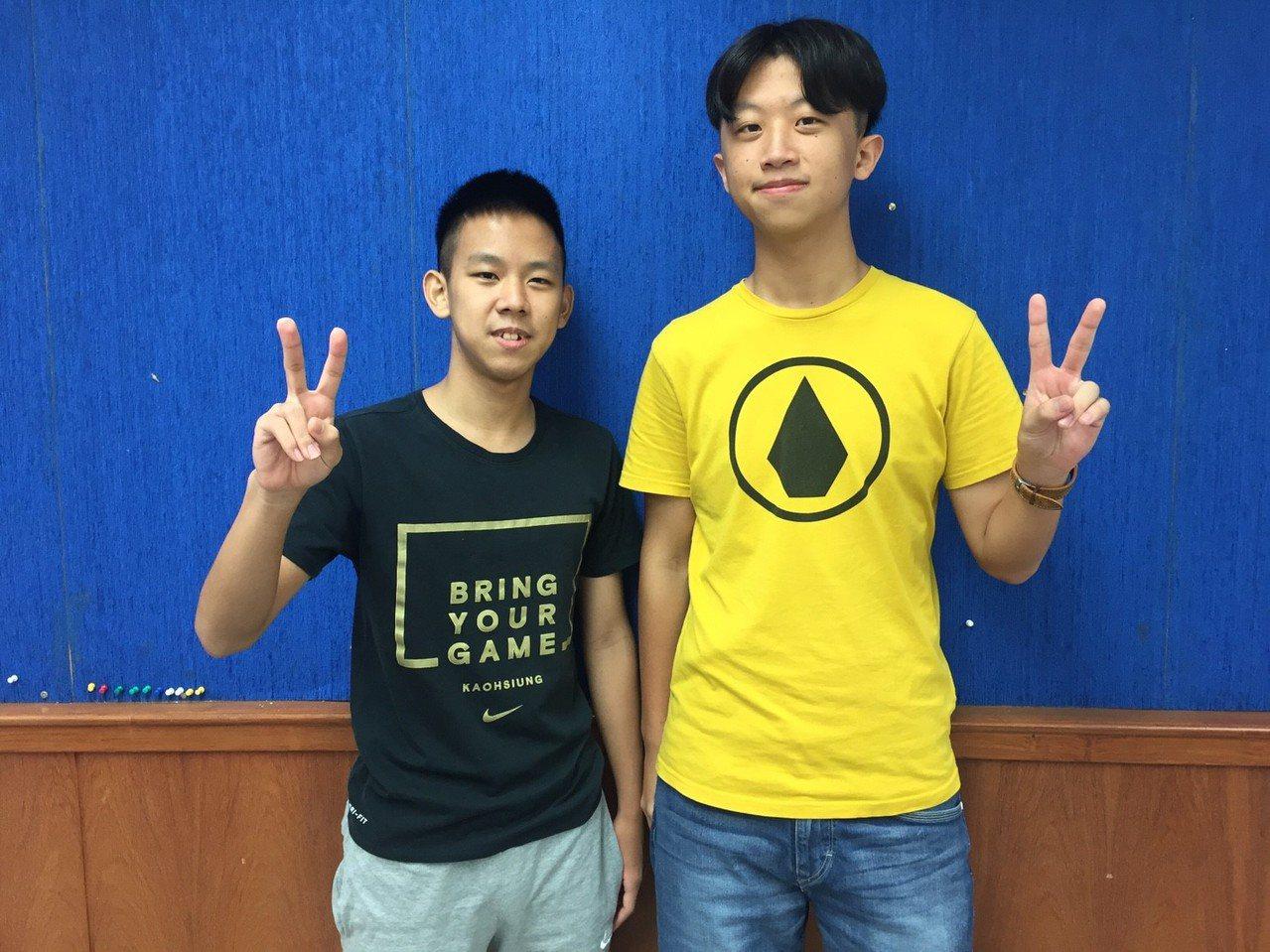竹北高中學生陳思維(左)、王睿為(右),兩人都是黑馬,分別考上政大法律及中山財務...