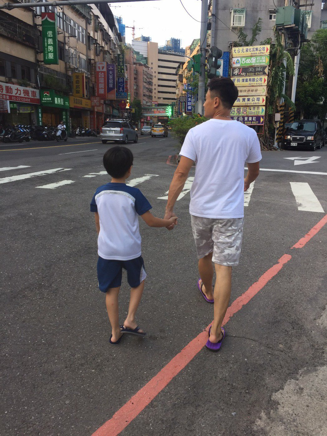 王建復帶兒子散步,身上迷彩褲原是去年想送爸爸的禮物。圖/民視提供