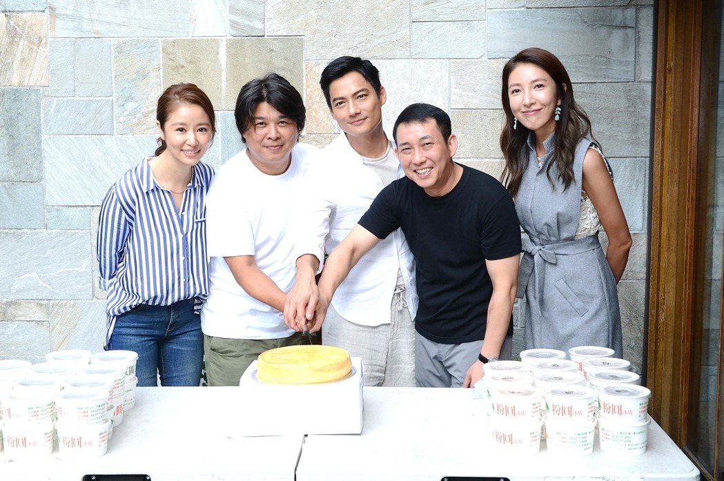 林心如(左起)、導演徐輔軍、高聖遠、屈中恆、楊謹華在「我的男孩」劇組過父親節。圖...