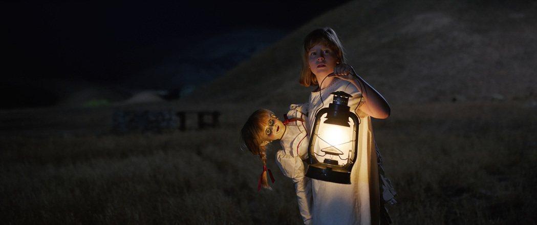 「安娜貝爾:造孽」回歸起源,帶領影迷一探恐怖鬼娃如何誕生。圖/華納兄弟提供