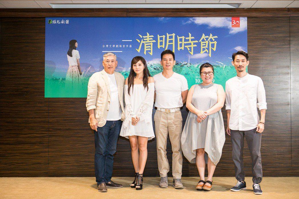 柯一正(左起)、張靜之、王耿豪、林美秀、陳竹昇演出舞台劇「清明時節」。圖/綠光劇...