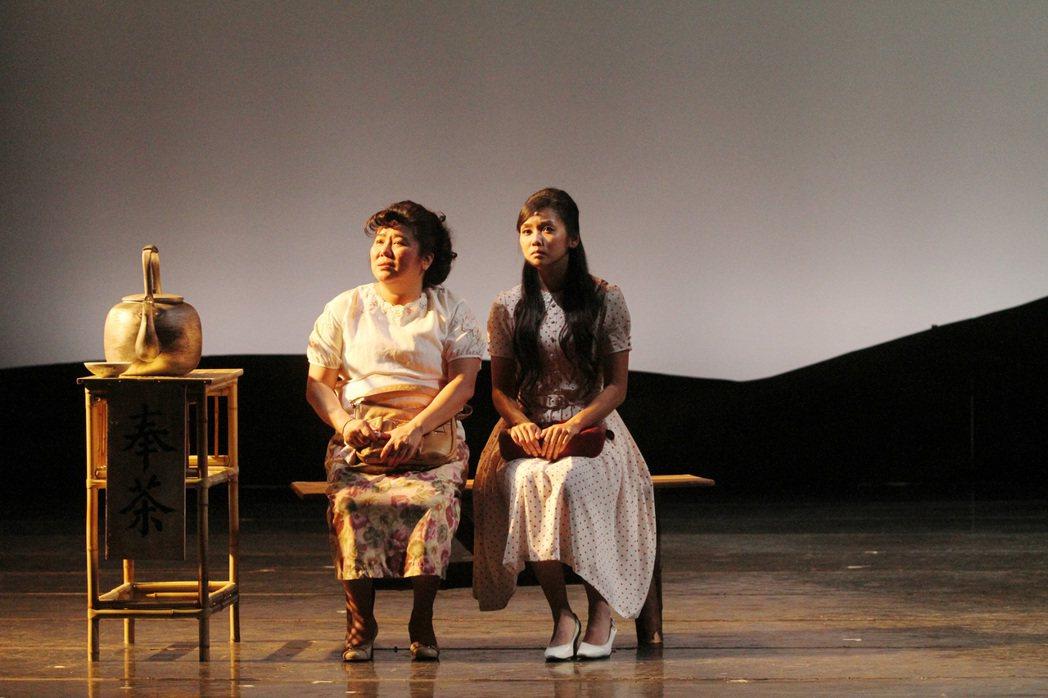 林美秀(左)、張靜之演出「清明時節」。圖/綠光劇團提供