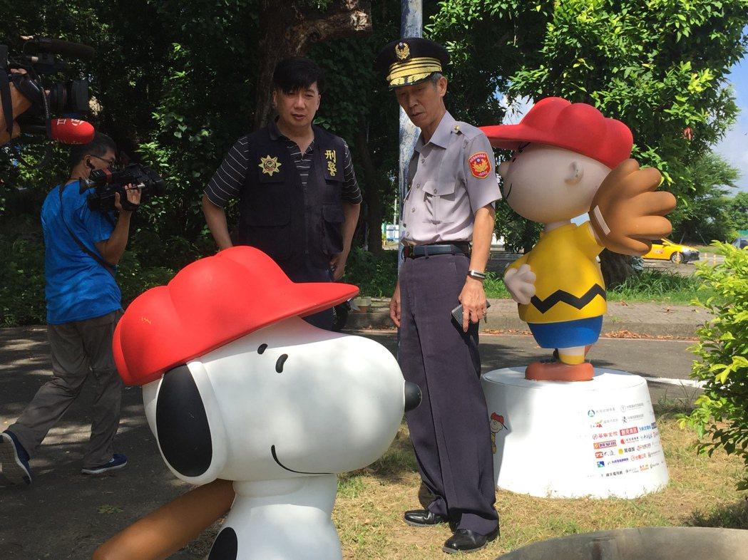台南市警六分局長吳清飛(右)趕赴兩公仔發現處,了解案情。 記者邵心杰/攝影