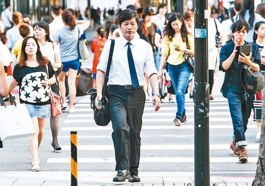 勞保局提醒,今年勞退金與勞保金請領年齡都是60歲,但明年起勞保年金請領年齡將變成...