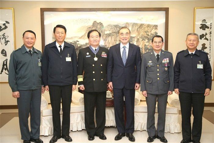 國軍現有的長袖軍便服夾克,左一為陸軍款式,左二與右一為海軍款式。 圖/軍聞社
