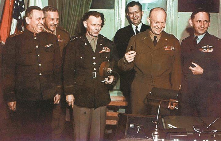 二戰時歐洲盟軍統帥艾森豪(右二)喜歡穿著短夾克,外界便以艾森豪短夾克暱稱。 報系...