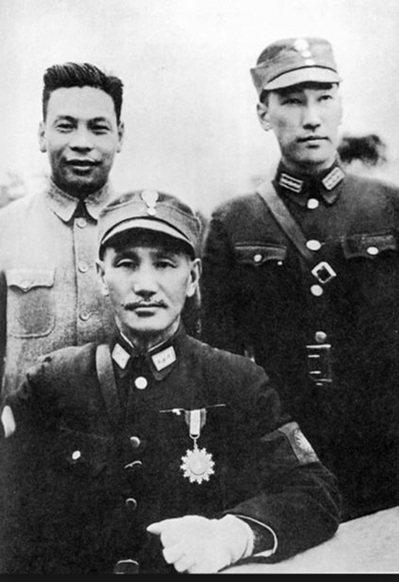 蔣中正(中)與長子蔣經國(左)及蔣緯國(右)。蔣緯國年輕時也穿過德國軍裝。 圖/...