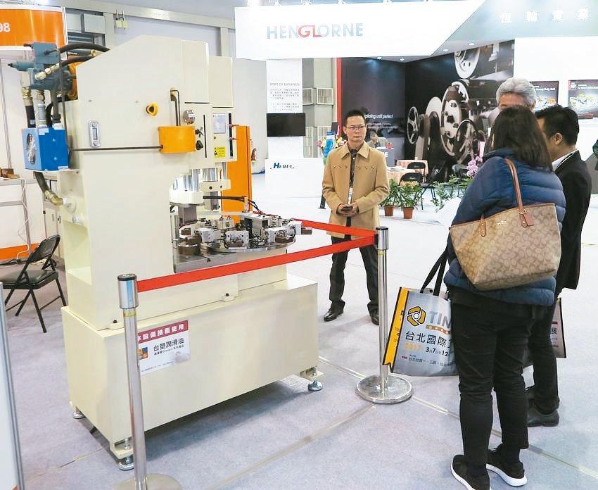 金上源機械公司發表「KSY多工位智慧型轉盤式油壓沖床」,吸引國內外買主參觀採購。...