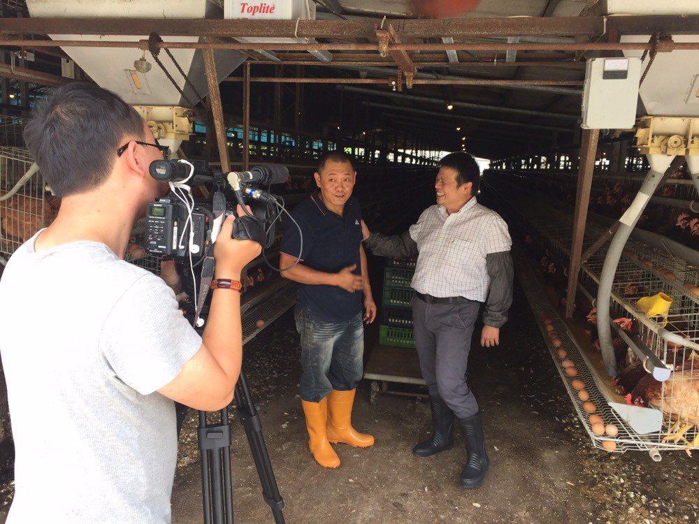 為國人求一顆好蛋,華元生物科技董事長黃揆元(右)花了近半年走訪全台各家蛋農。 華...