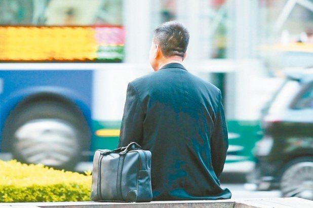 財政部根據OECD定義計算,我國低薪族門檻為2萬3425元,比率約25%,九成五...
