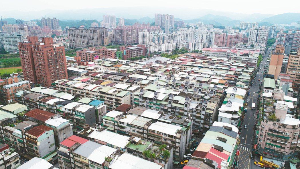 根據房屋比價平台統計,目前全台待售戶數最多的前百大社區,台中和新北兩縣市就占了六...