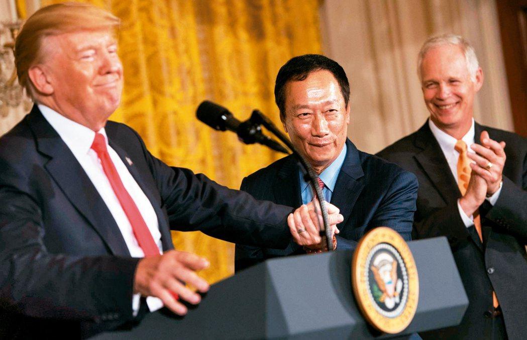 美國總統川普(左)和鴻海集團董事長郭台銘(中)美東時間廿六日共同宣布,鴻海富士康...