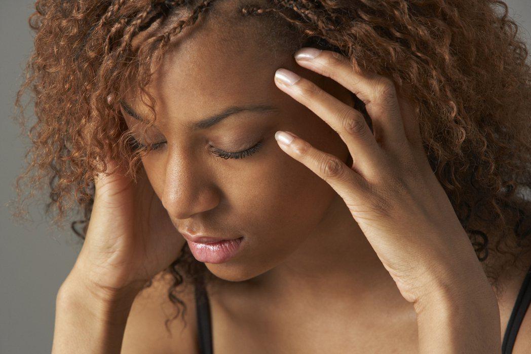 失眠及焦慮是一種警訊,部分患者可能被情緒困擾嚴重到想自殺,最好接受臨床心理治療解...