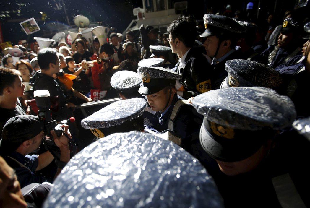 例如在面對社會運動時,即便抗爭者沒有激烈動作,也會發生警察主動推擠甚至假裝跌倒,...