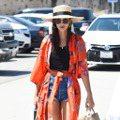 能防曬又時尚 Emily Ratajkowski這季超愛Kimono罩衫