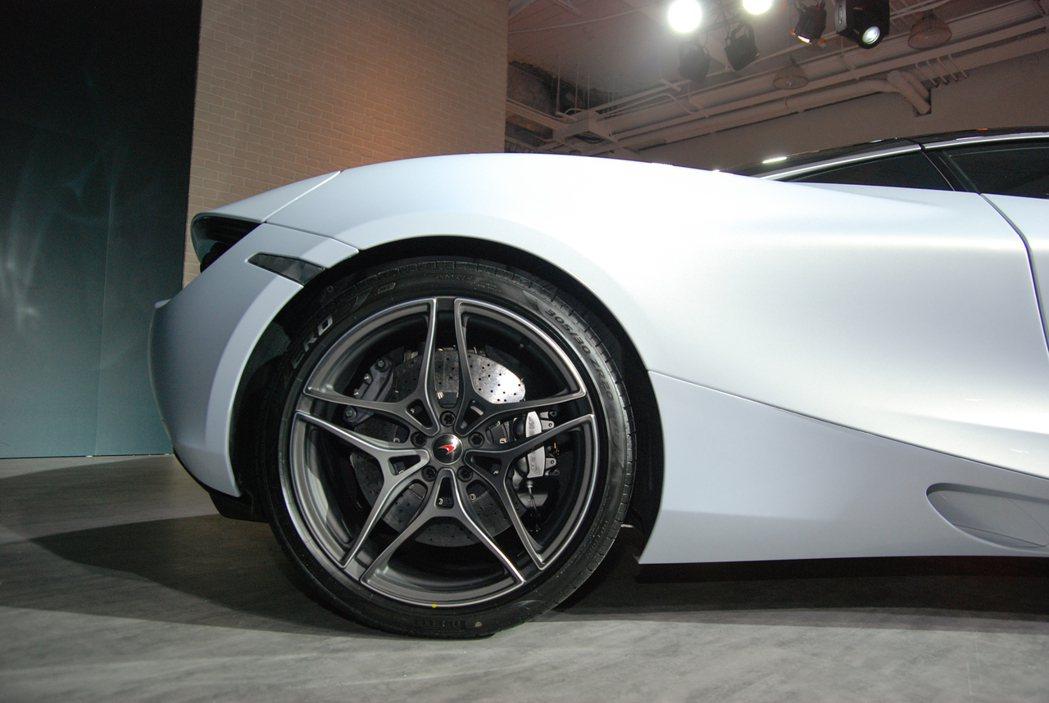 後輪為 305/30 R20(11J)的規格,同樣搭配 Pirelli P ZE...