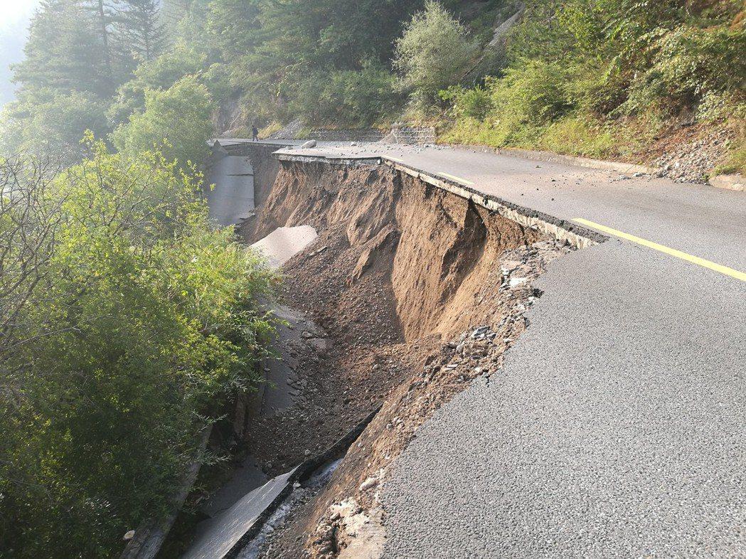 九寨溝規模7.0地震發生後,多處山體垮塌。 新華社