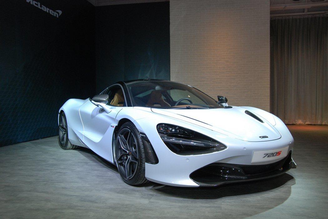 現場展示的這台白色 McLaren 720S 已名花有主,再增添多項內、外觀碳纖...