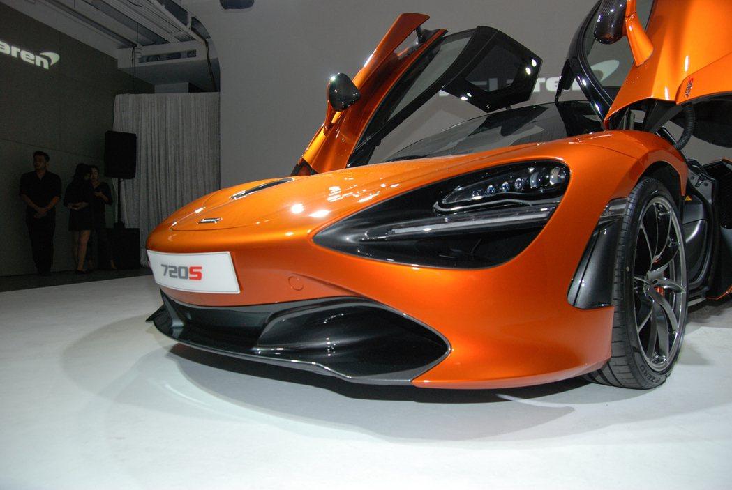 McLaren 720S 車頭採用由 17 顆 LED 組成的主動式頭燈。 記者...