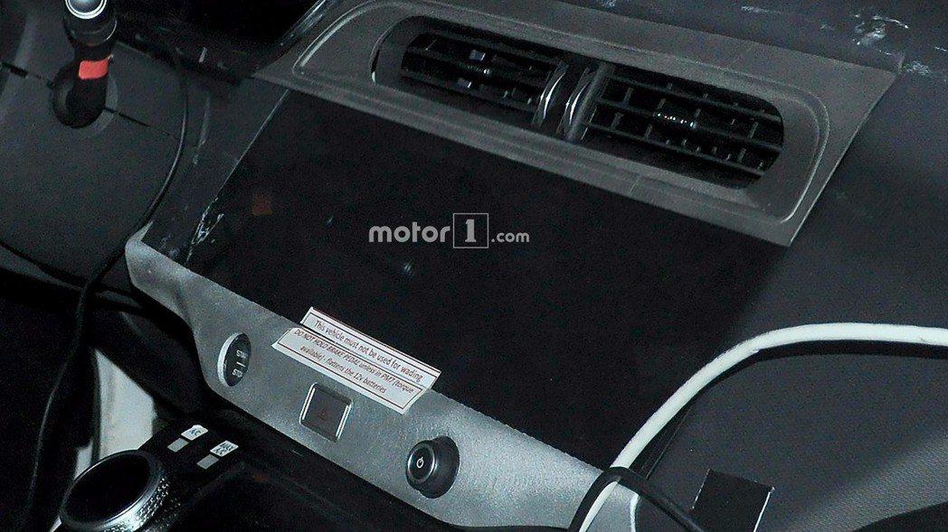 觸控式互動寬螢幕及傳統式冷氣出風口。 摘自Motor 1