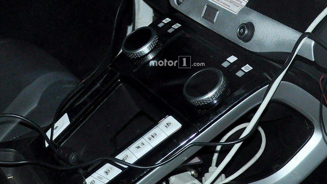 懸浮式的中控台設計,與當初發表的Jaguar I-Pace Concept幾乎一致。 摘自Motor 1