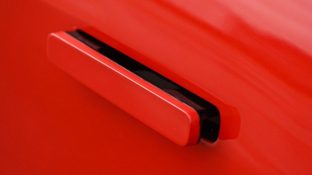 Jaguar I-Pace Concept車門上的可伸縮式外把手。 摘自Jaguar